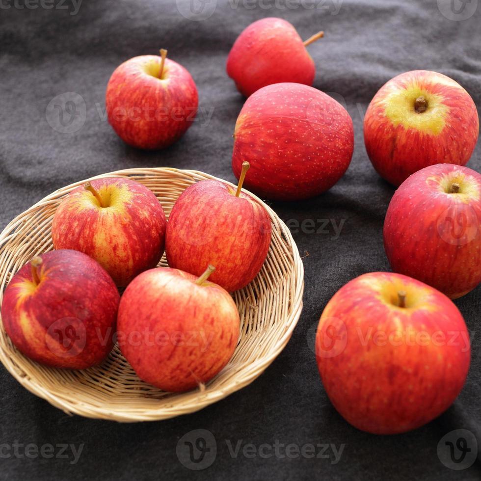 manzanas fruta en canasta y tela foto
