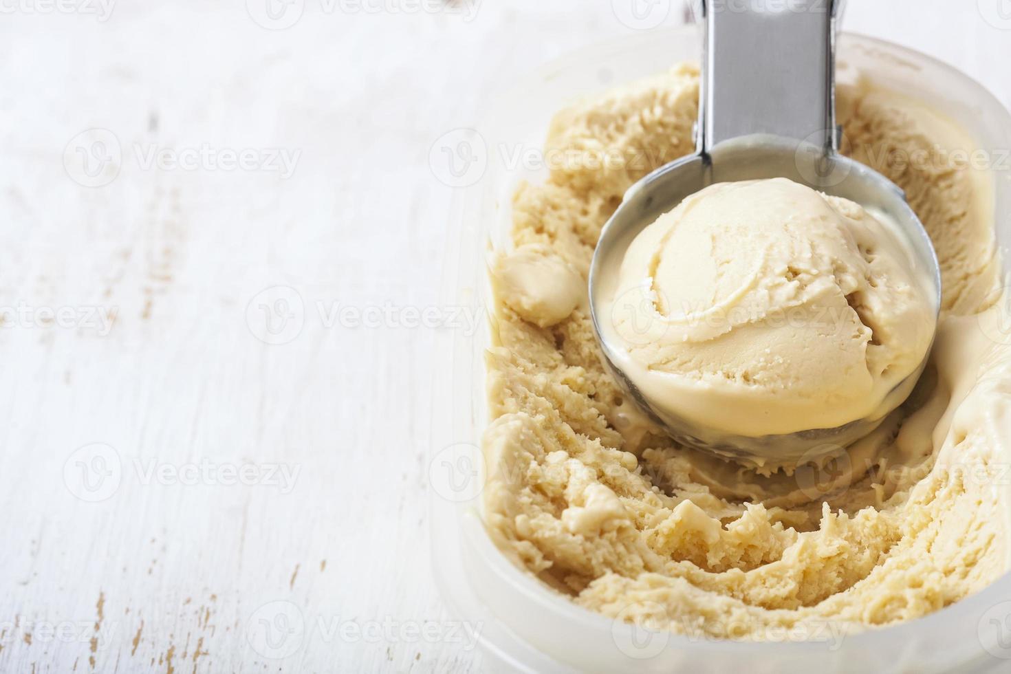 helado cremoso casero en cuchara de metal foto