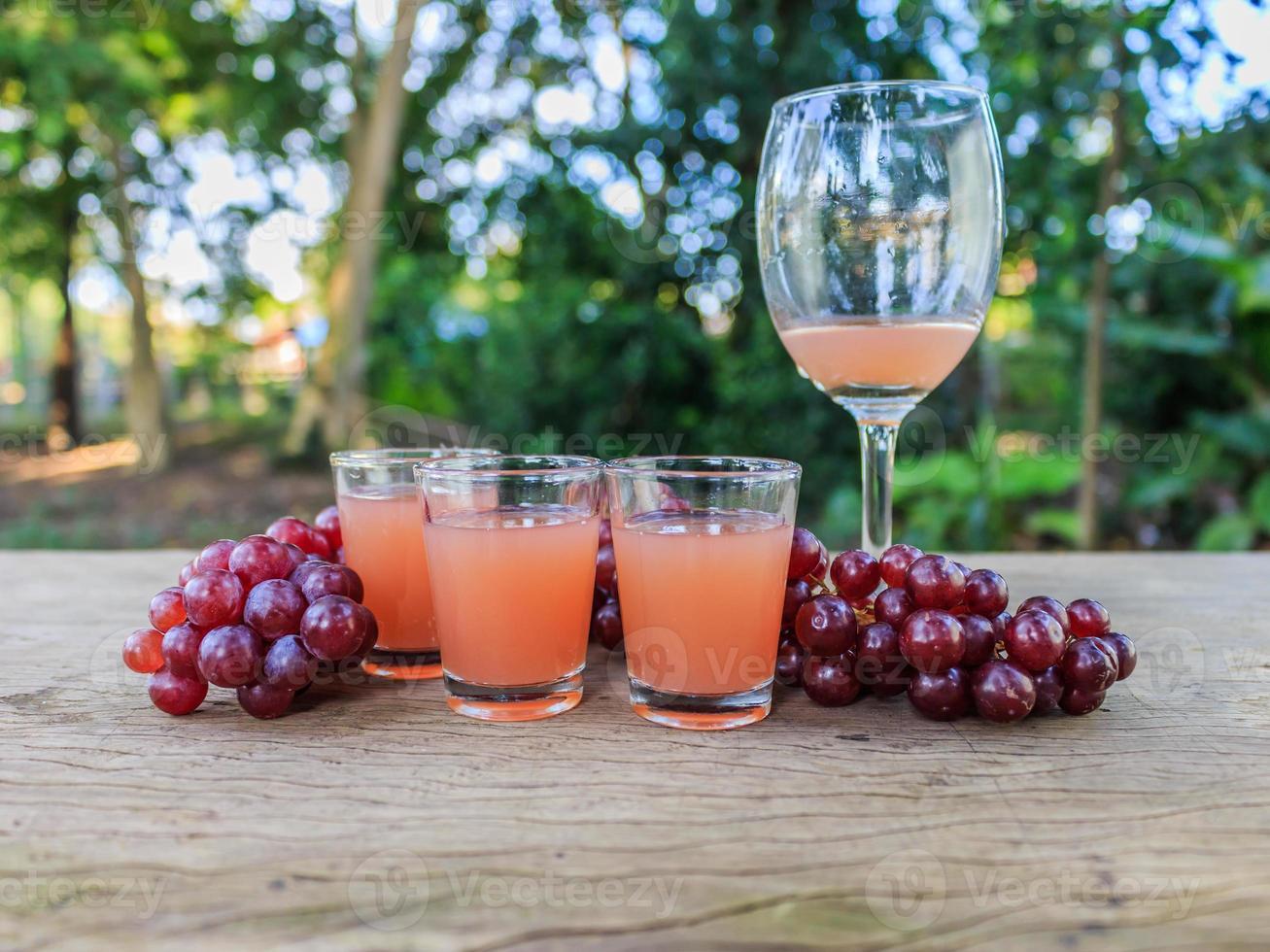 jugo de uva en la mesa foto