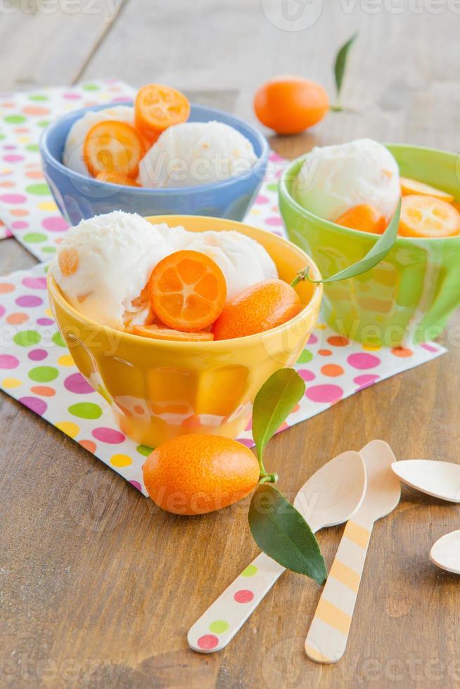 helado con kumquats foto