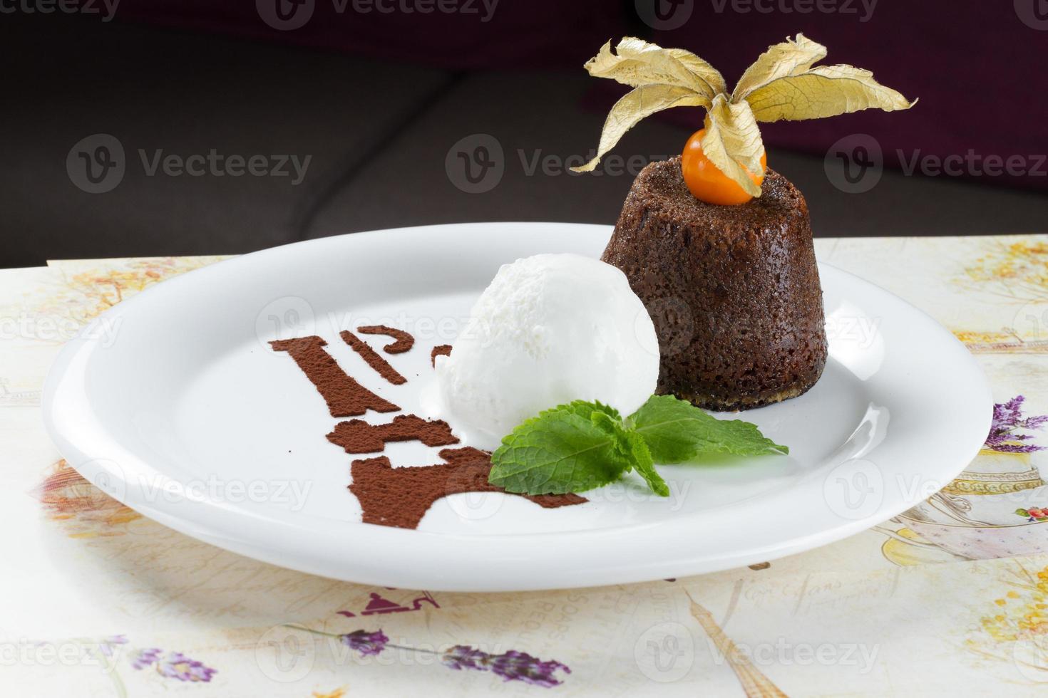 helado estilizado en plato blanco foto