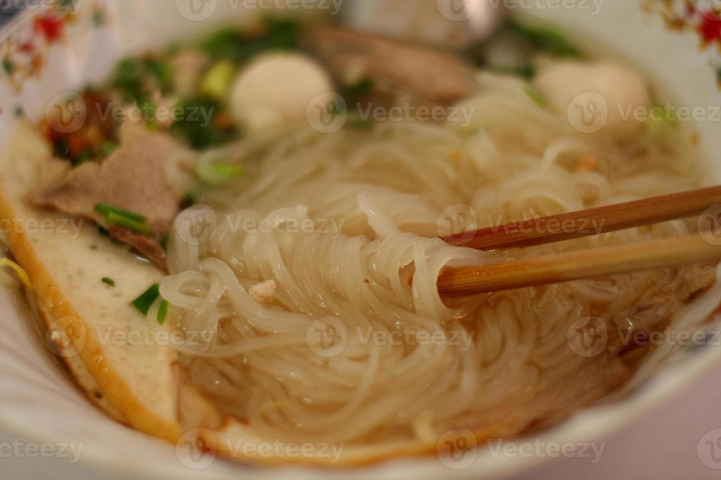 Receta de fideos de arroz asiático. foto