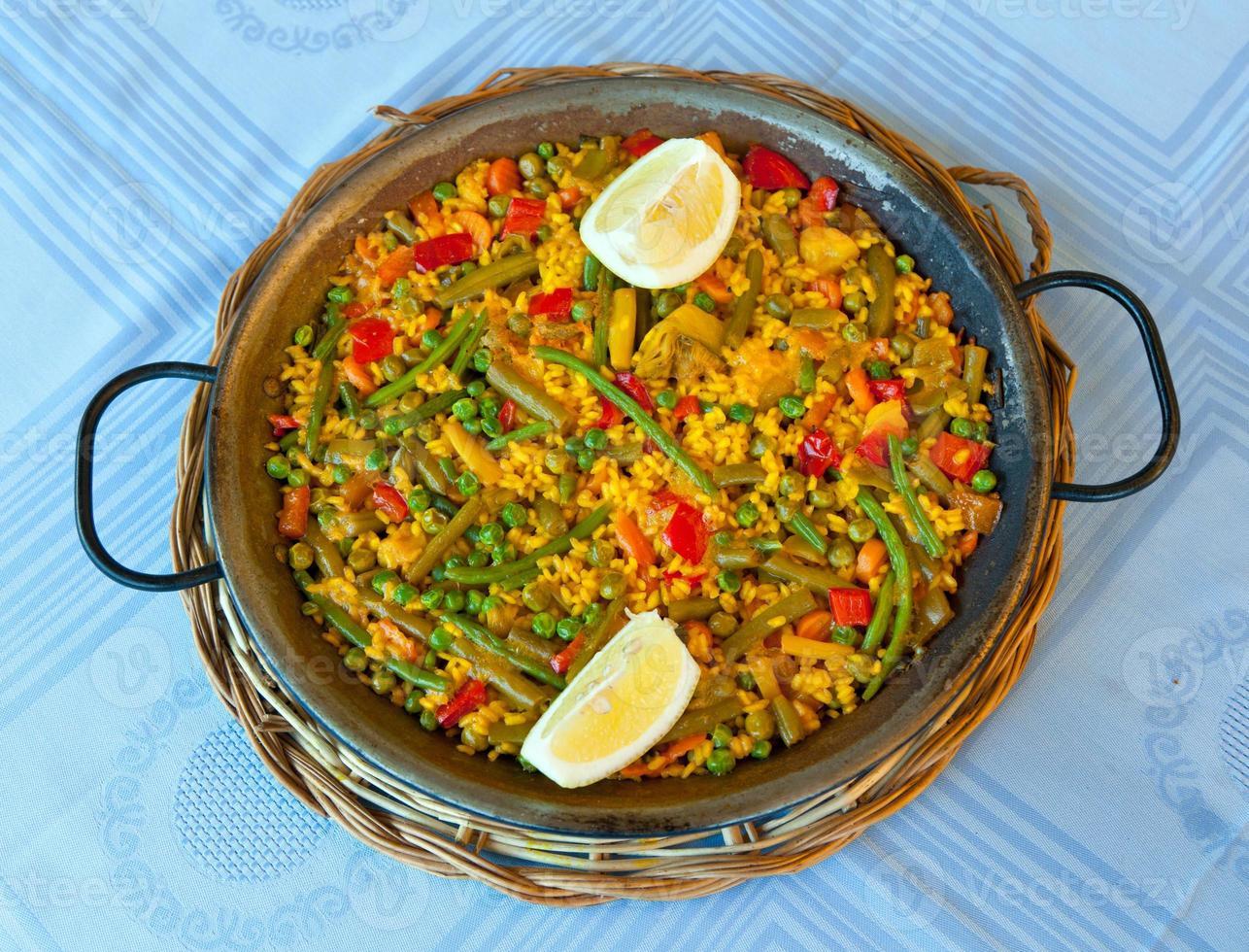paella en groenten, vegetarisch recept. foto