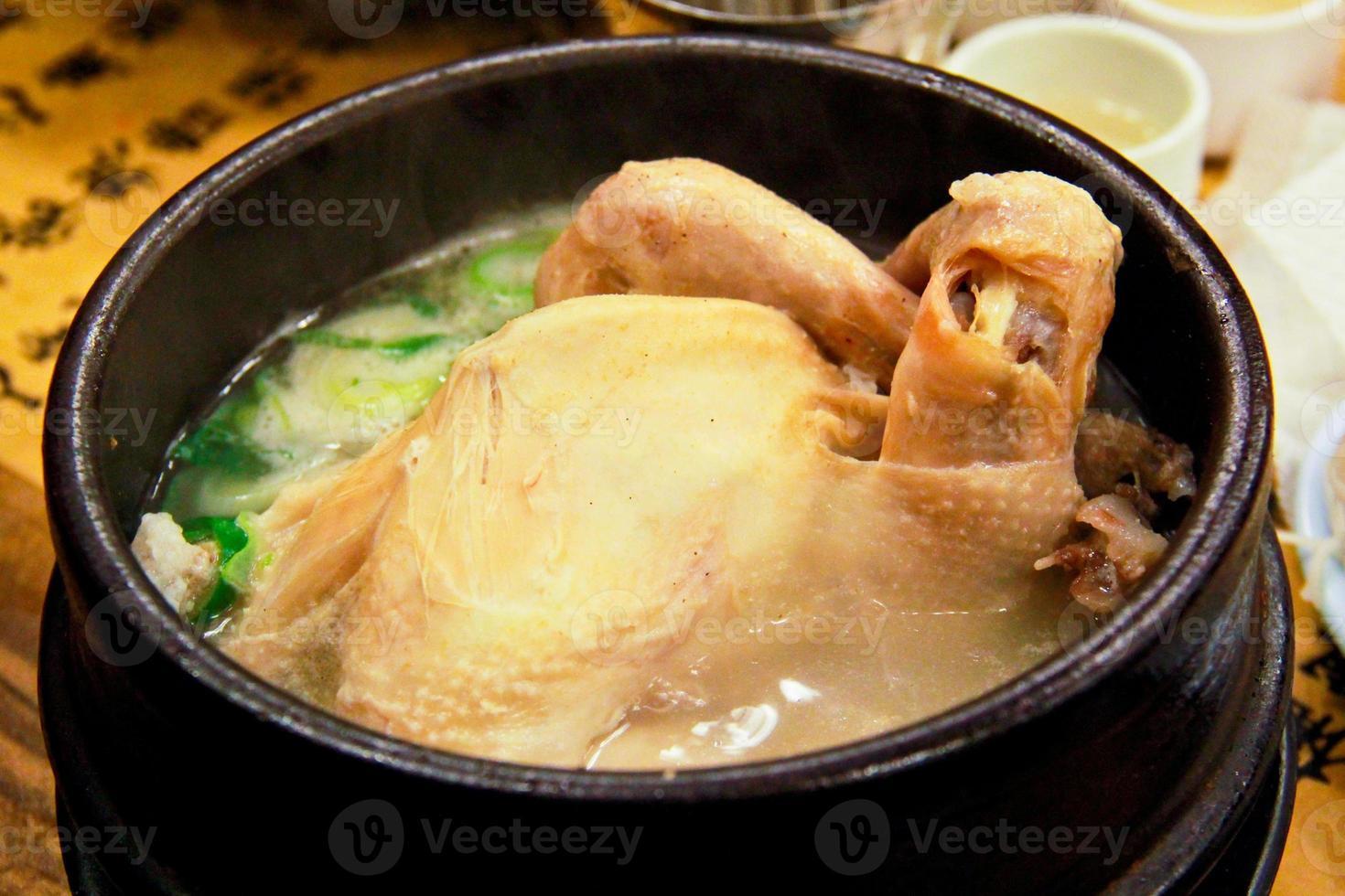 sopa de galinha com ginseng (receitas à base de ervas em estilo coreano) foto