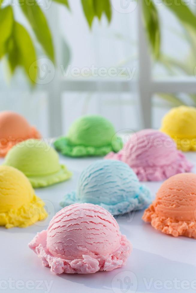 mezclar helado de color en blanco y ventana foto