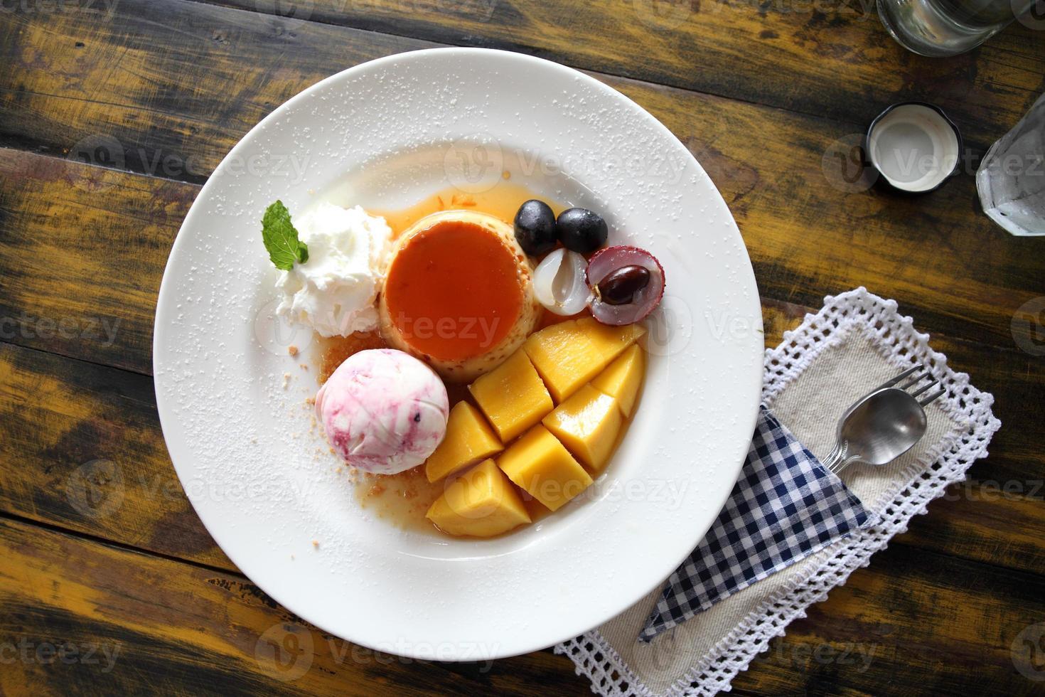 helado con pudin y fruta foto