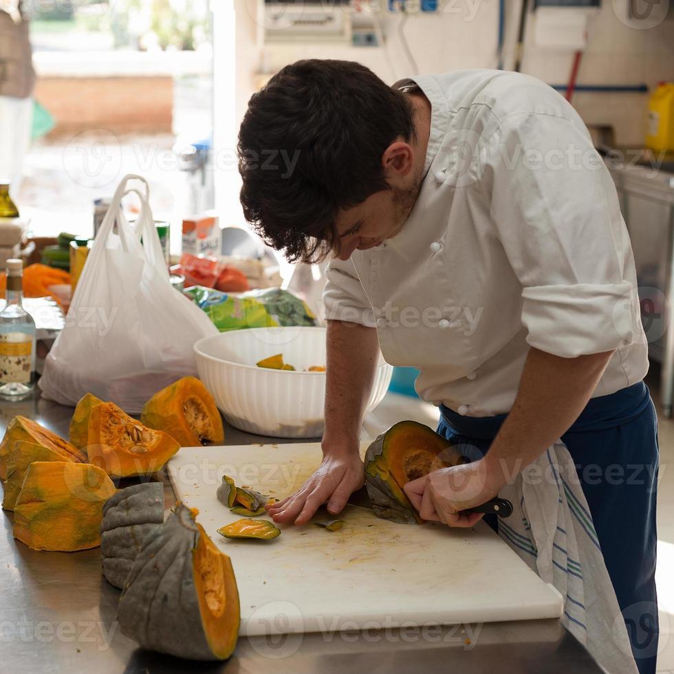 chef corte abóbora foto