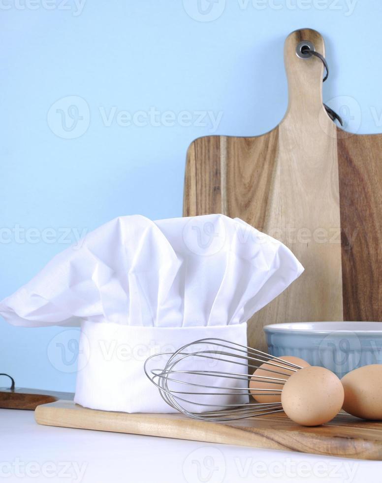 moderne keuken koken keukengerei en koksmuts foto