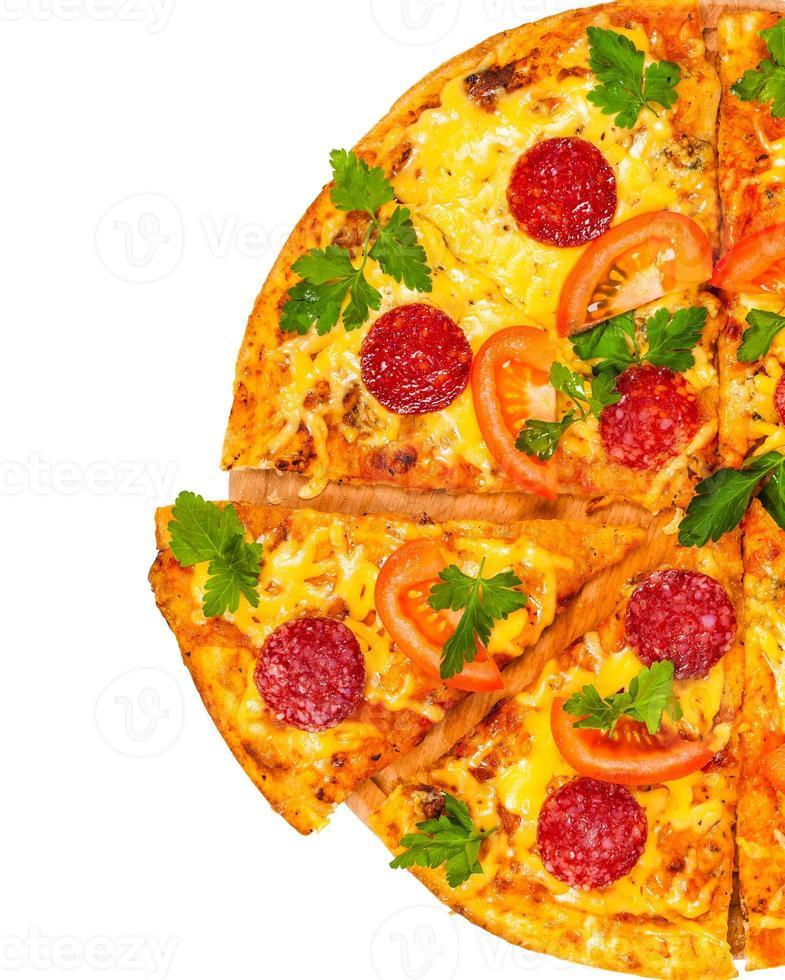 pizza fresca caliente con salami foto