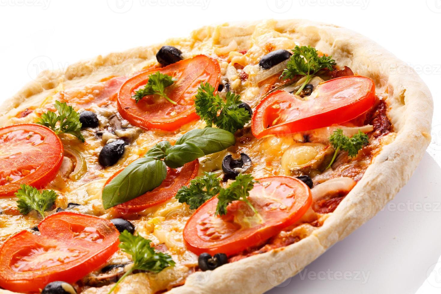 pizza sobre fondo blanco foto