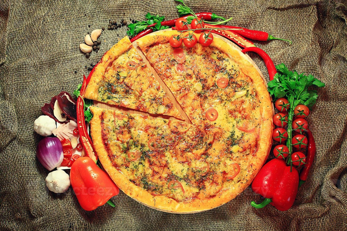 pizza con verduras y hierbas fondo rústico foto