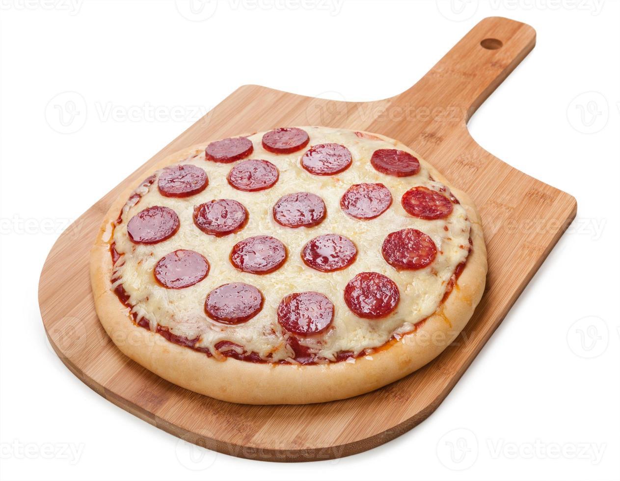 verse smaakvolle pepperoni pizza geïsoleerd op een witte achtergrond foto