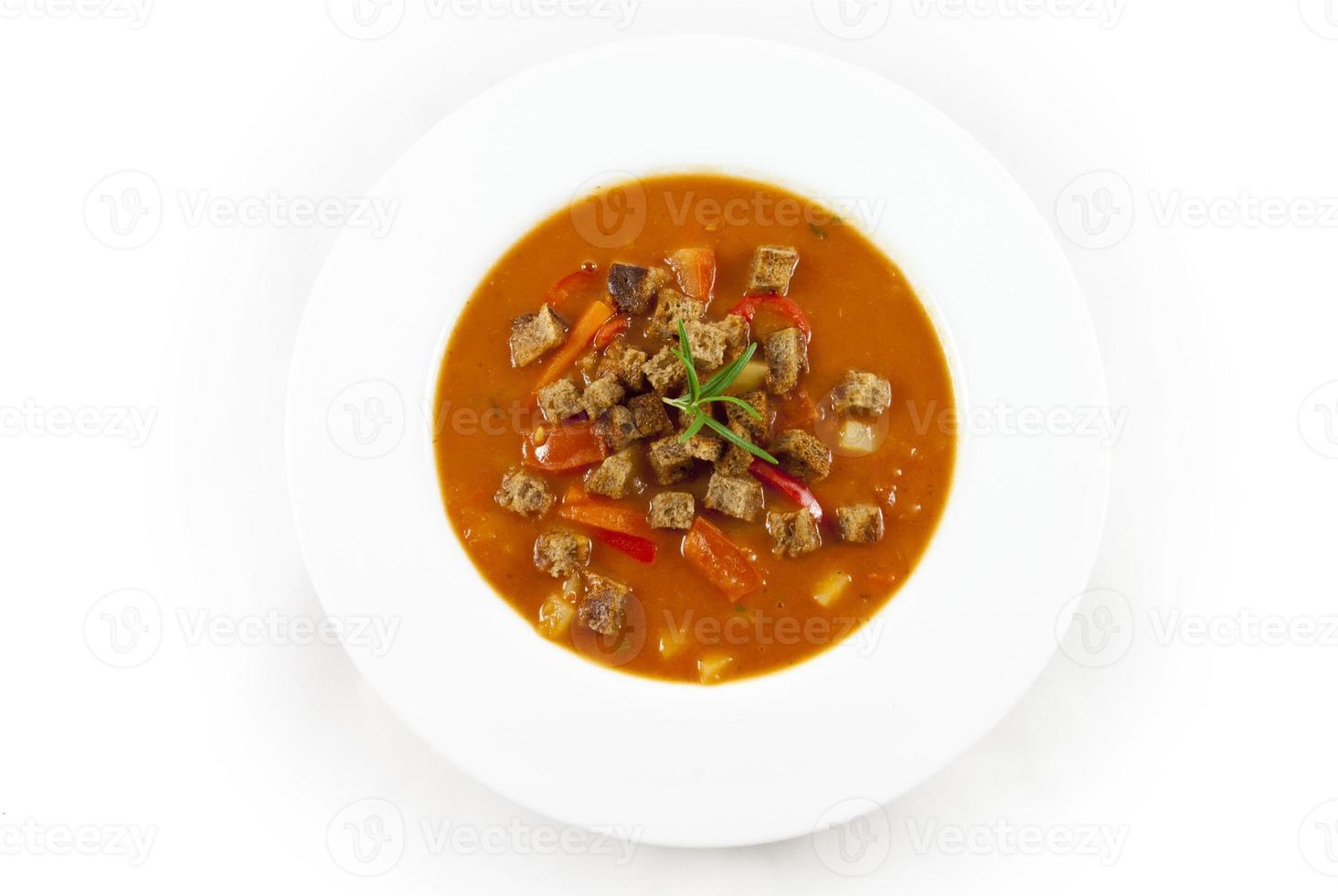 Sopa de tomate sobre fondo blanco. foto