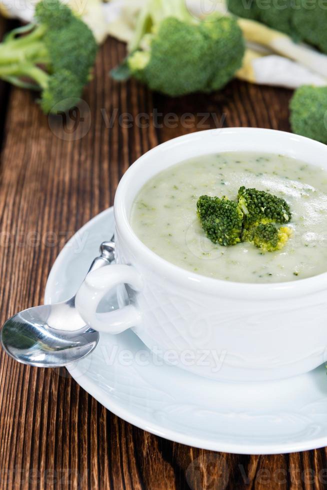 porción de sopa de brócoli foto