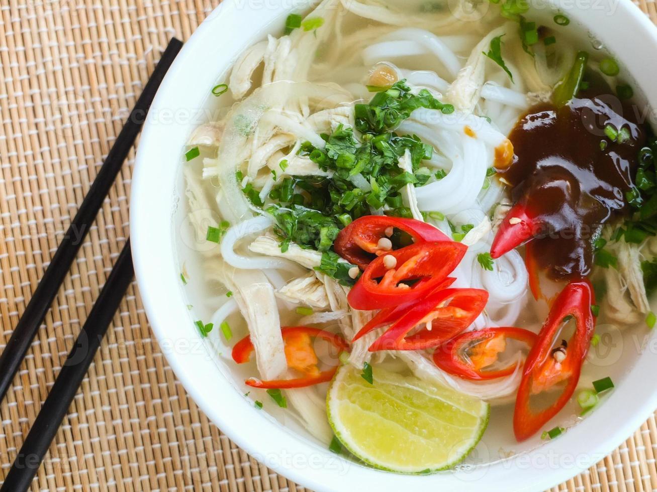 sopa de macarrão de arroz de frango asiático foto