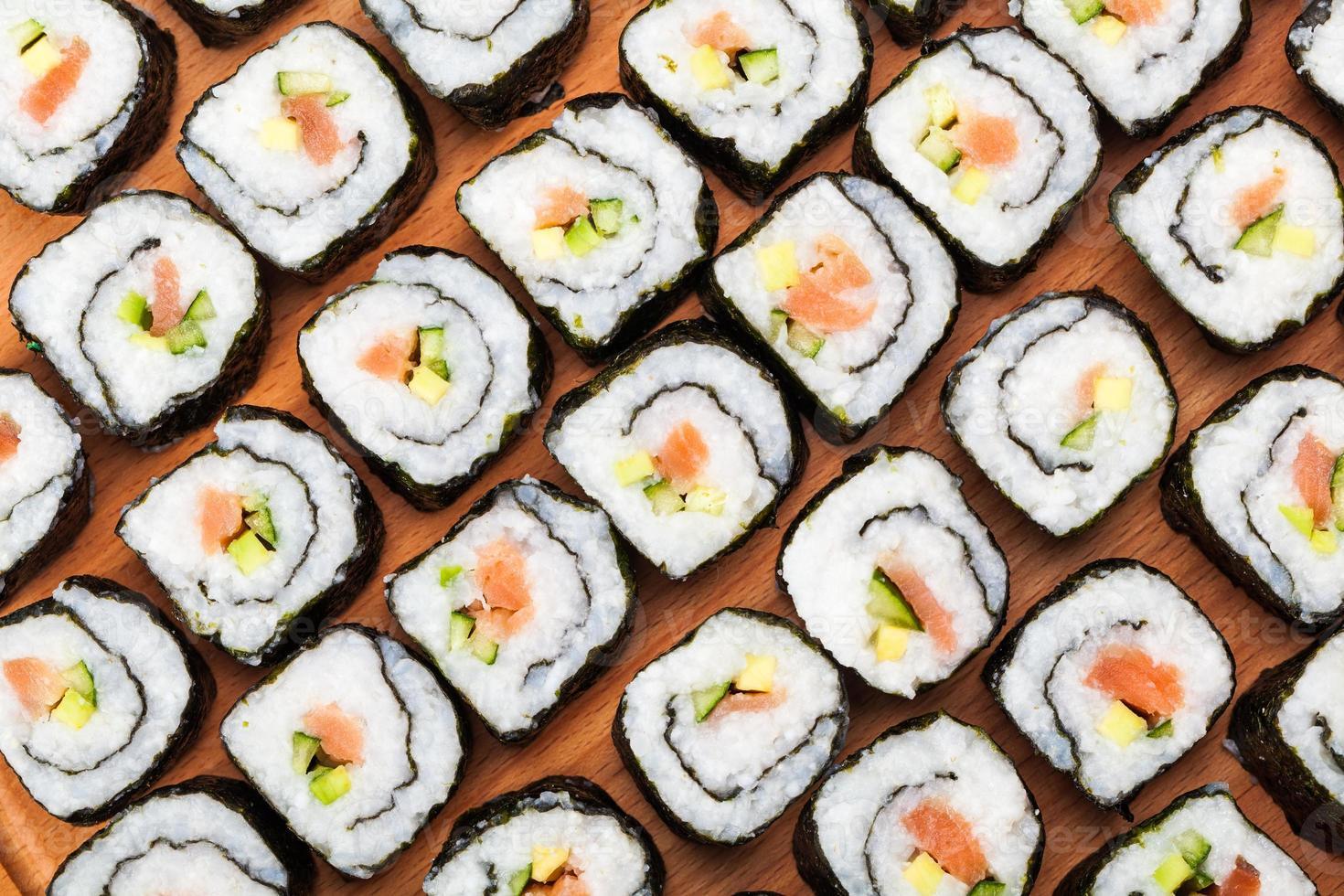 muchos rollos con salmón foto