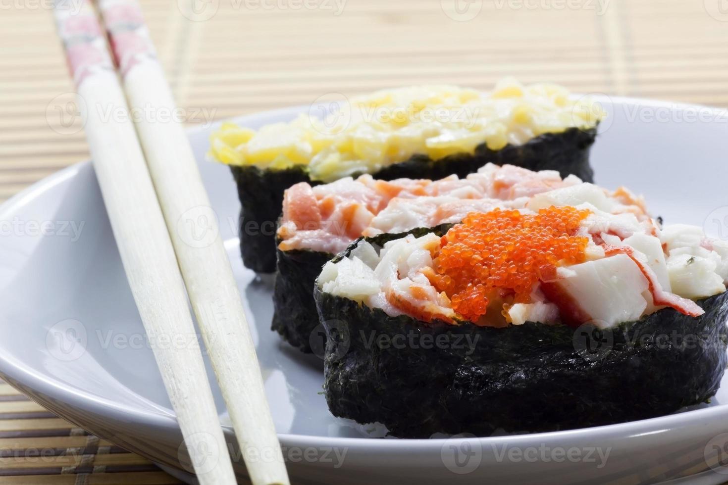 sushi con palillos foto