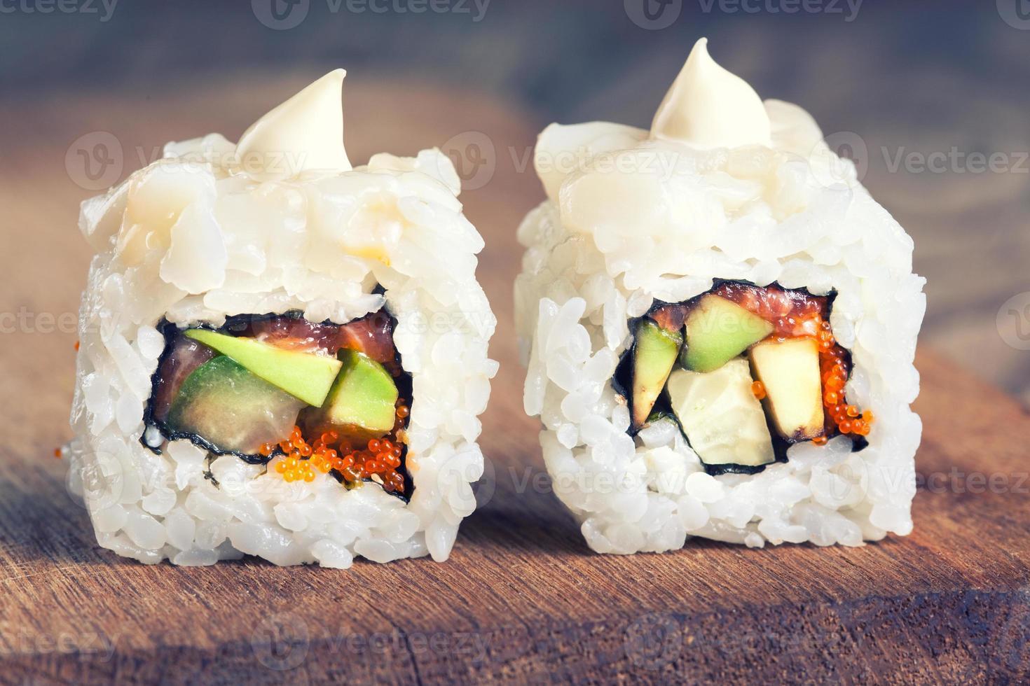 sushi maki sobre fondo de madera foto