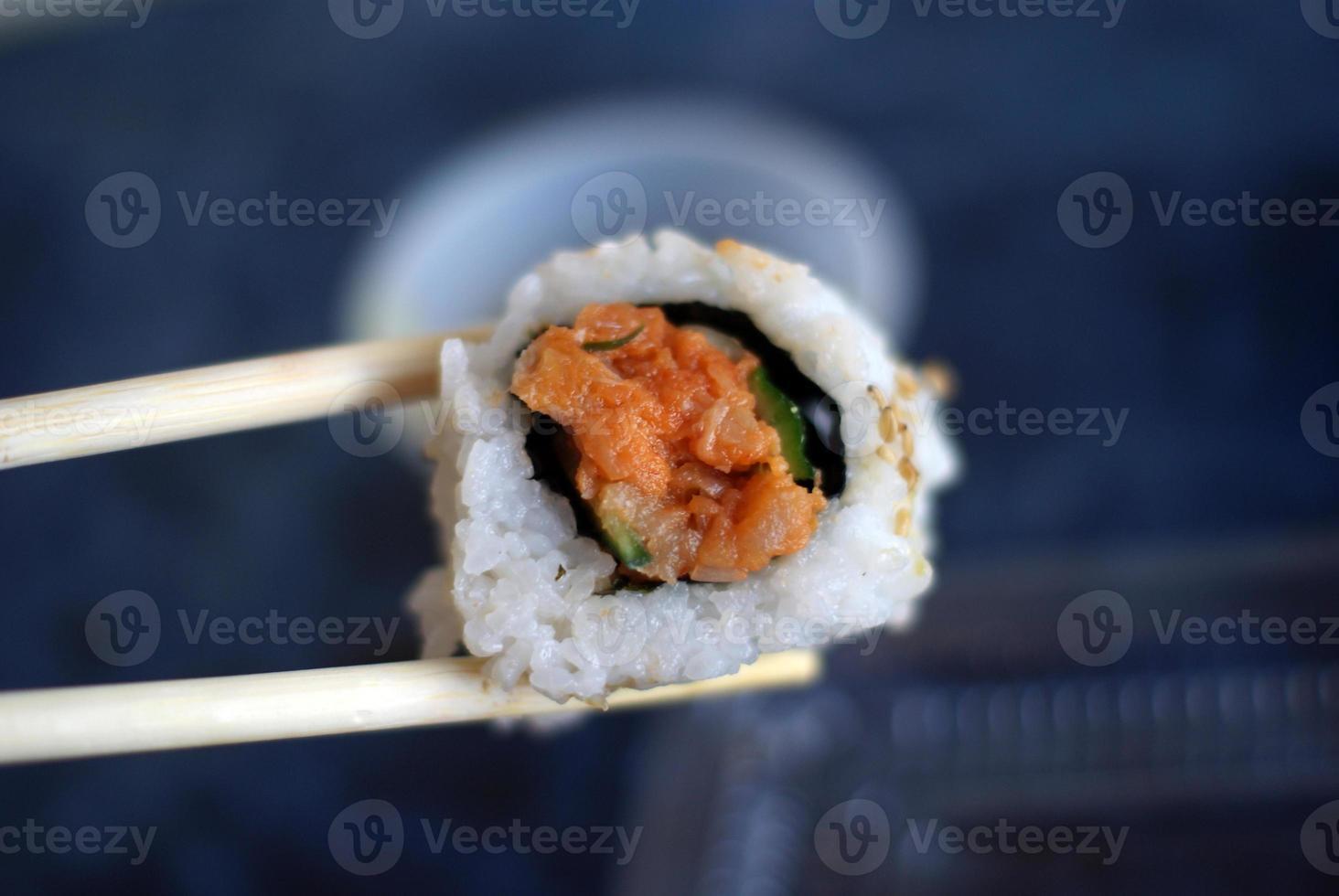 pieza única de sushi foto