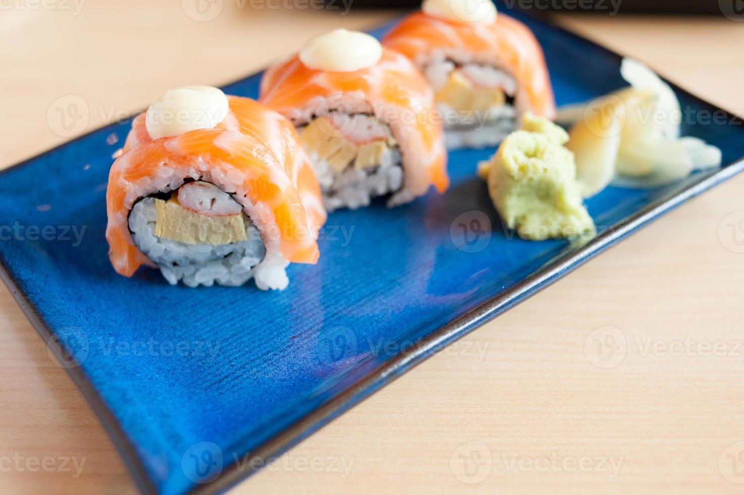 sushi de rollo de salmón foto