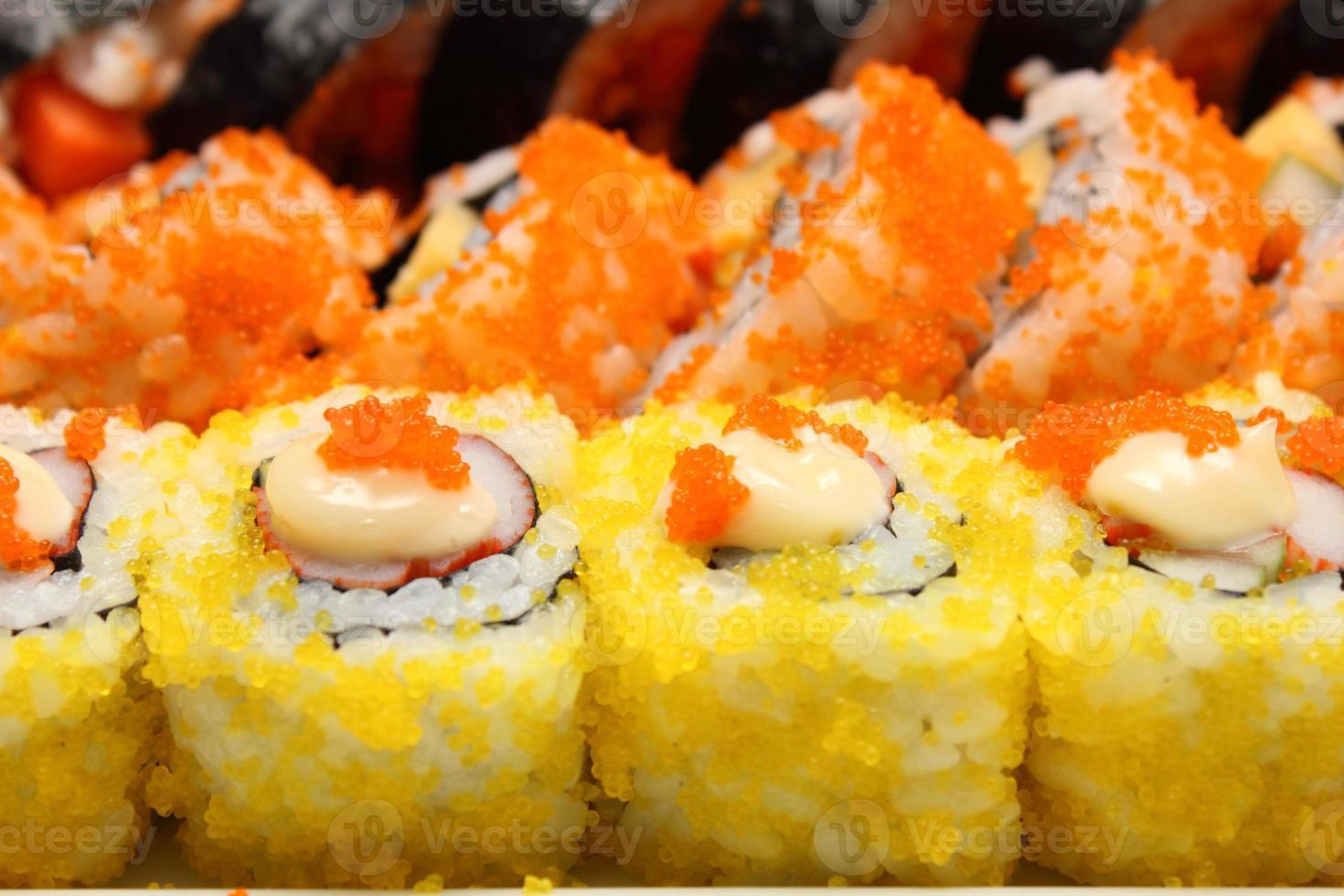 rollo de sushi comida japonesa foto
