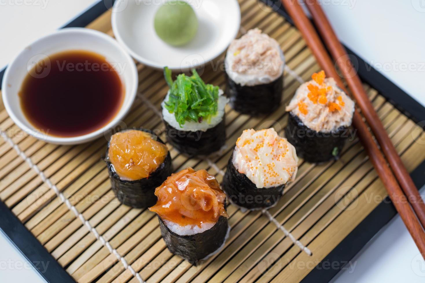 Colección de piezas de sushi, sobre fondo blanco. foto