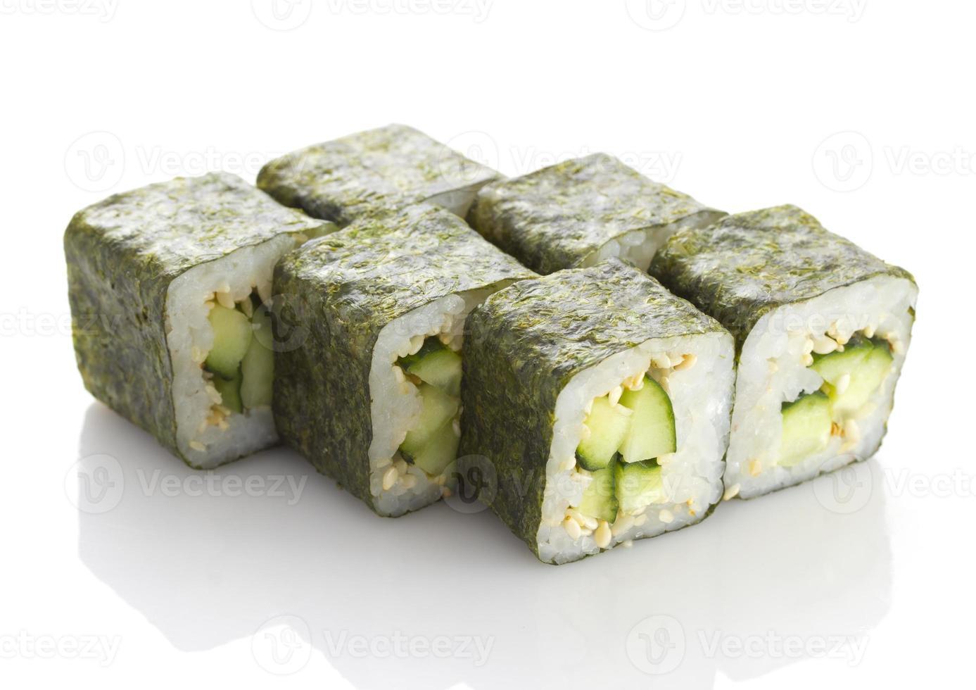 Sushi maki con pepino y sésamo aislado sobre fondo blanco. foto