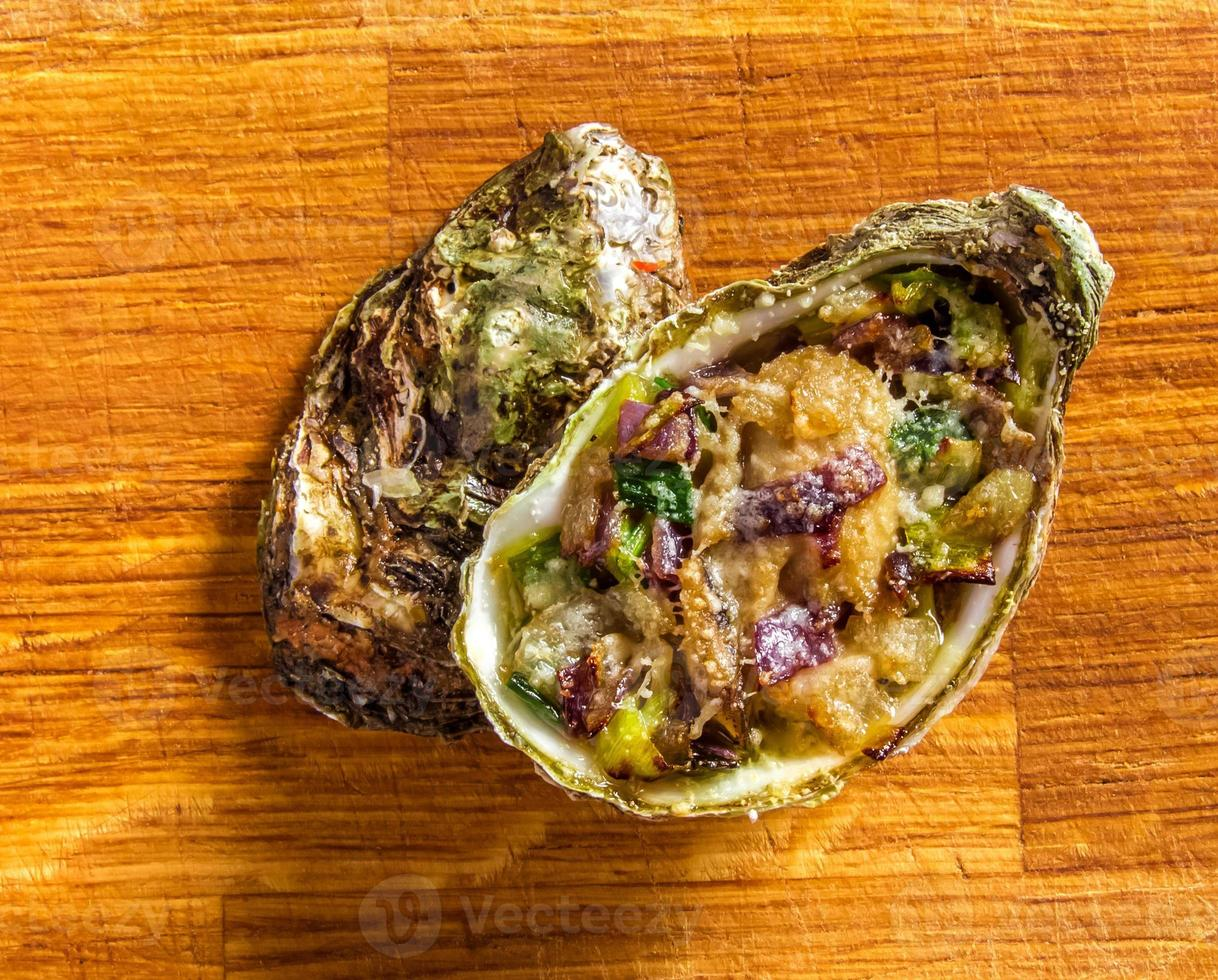 Ensalada de ostras sobre un fondo de madera. foto