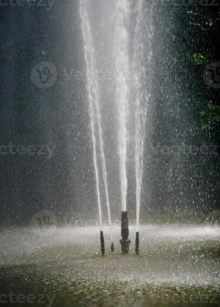 tuberías de agua con chorros de agua foto