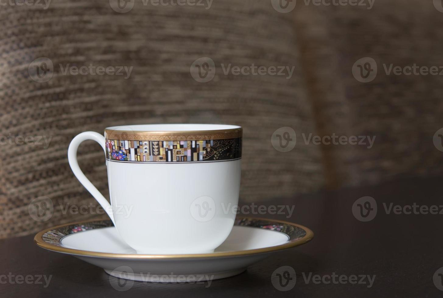 taza de porcelana en platillo foto