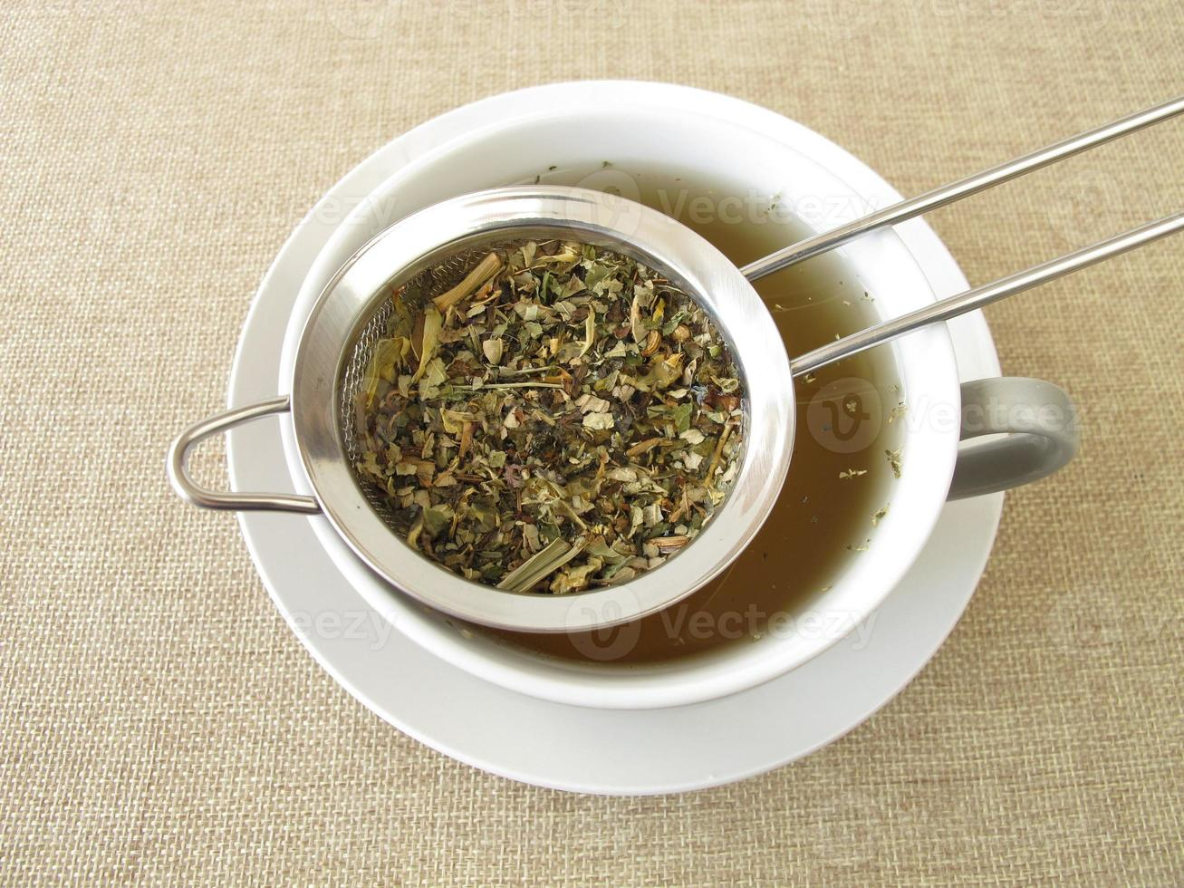 té de hierbas en colador de té foto