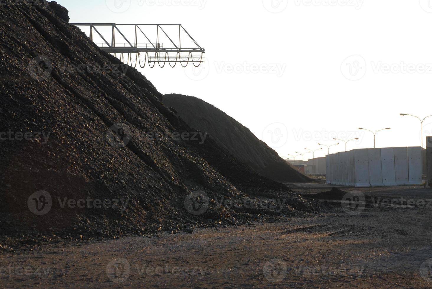 Montón de coque de hierro o rocas en el puerto foto