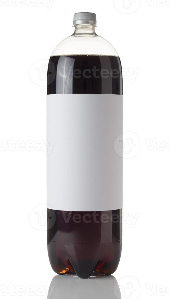 Botella de cola con una etiqueta en blanco sobre un fondo blanco. foto