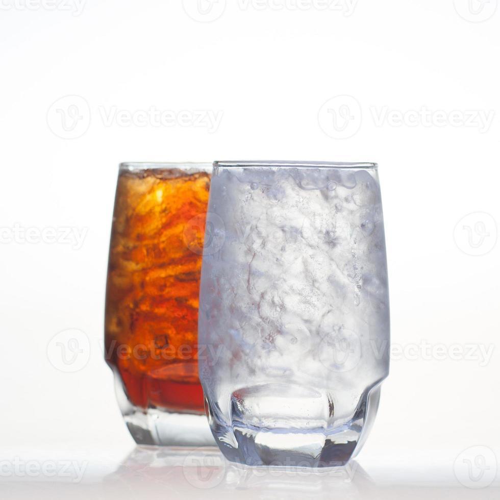 refrescos de cola espumosos con refresco aislado foto