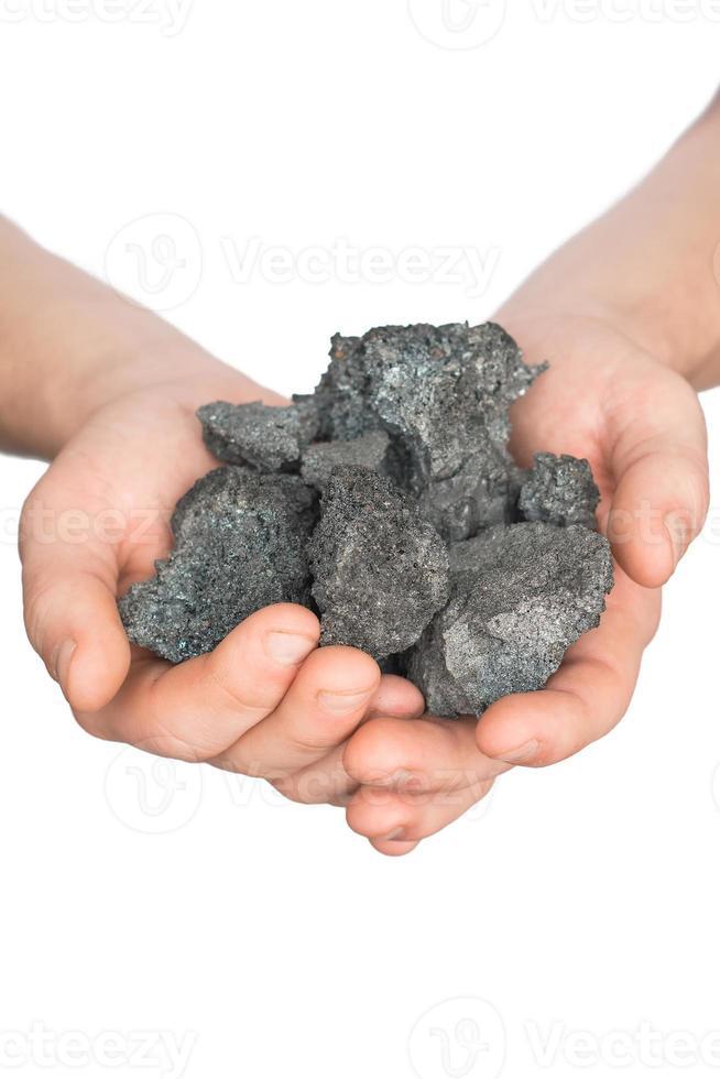 coque de carvão na mão no fundo branco foto
