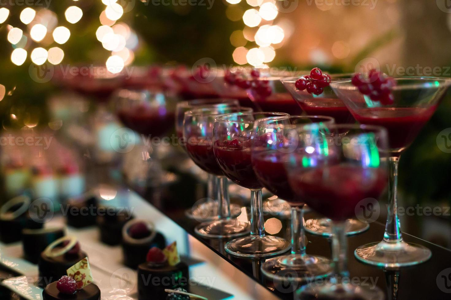 línea de cócteles de alcohol de diferentes colores en una fiesta al aire libre foto