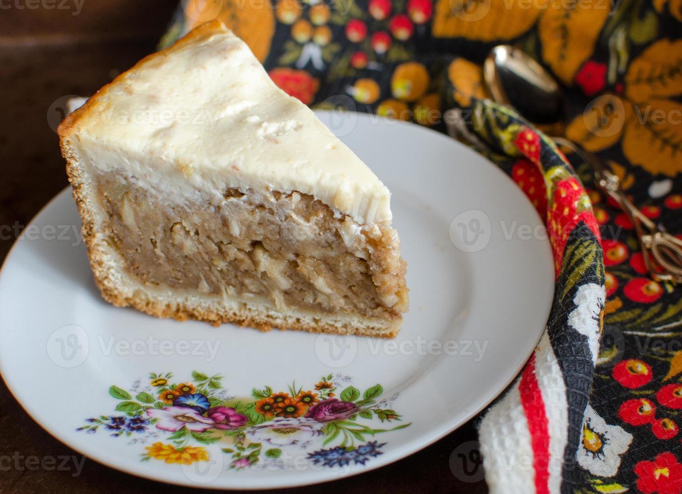 pastel relleno de manzanas y galletas con relleno de crema foto