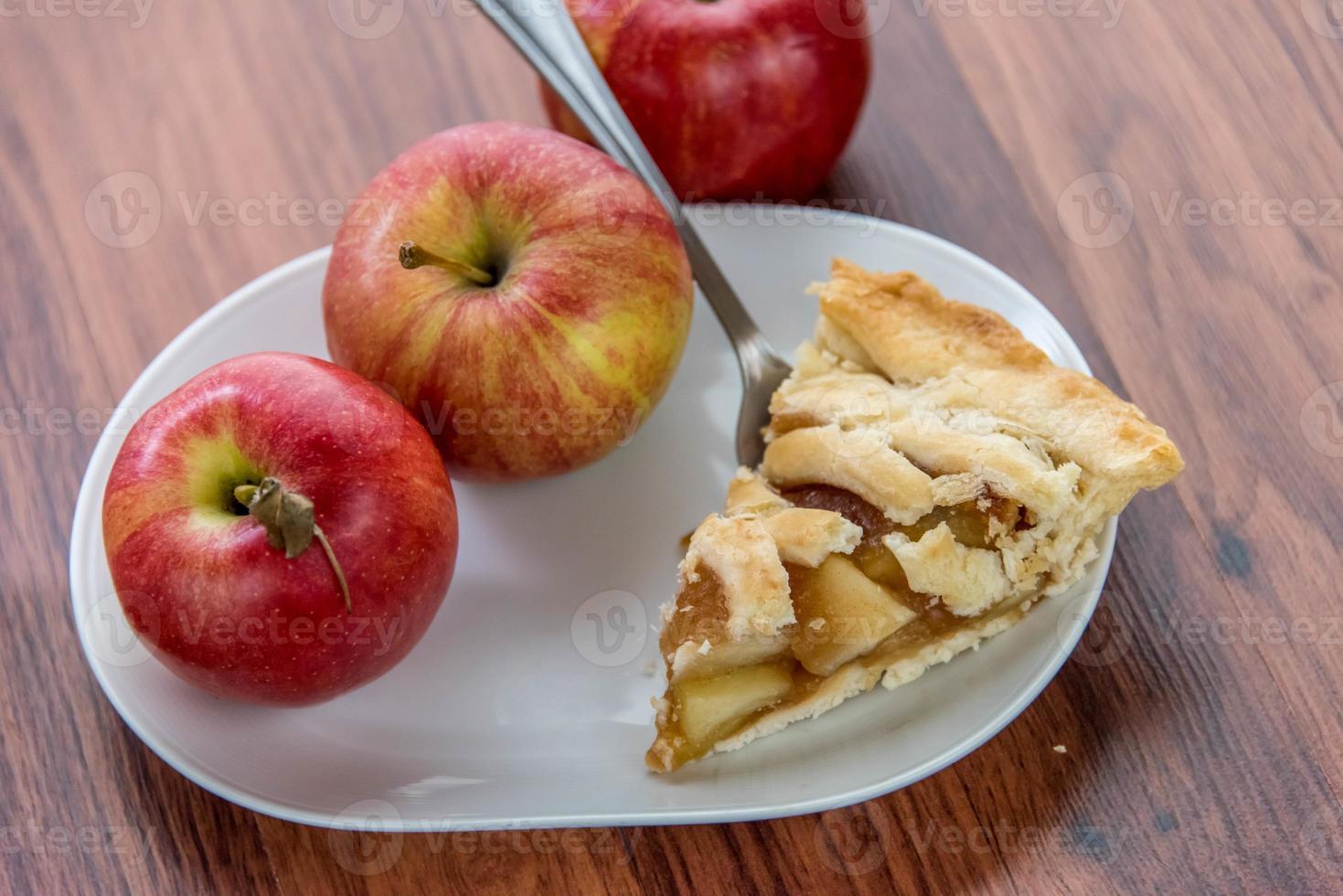 pastel de manzana en rodajas recién horneado foto