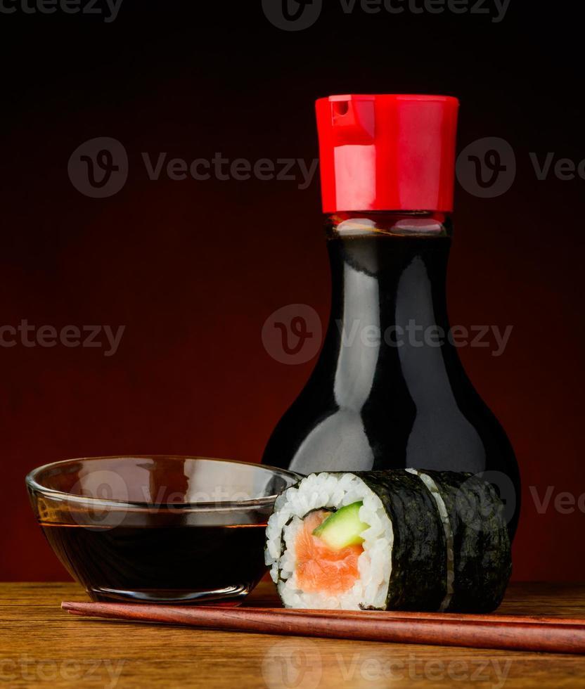 rollo de sushi futomaki y salsa de soja foto