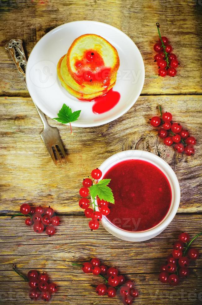 grosellas rojas mermelada en el tazón blanco foto