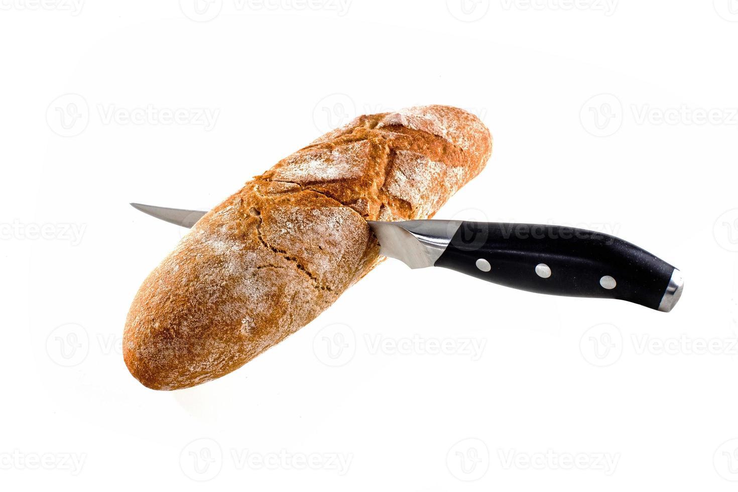 cuchillo cortar pan aislado en blanco foto
