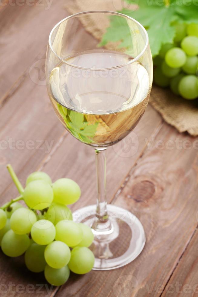 vino blanco y uvas foto