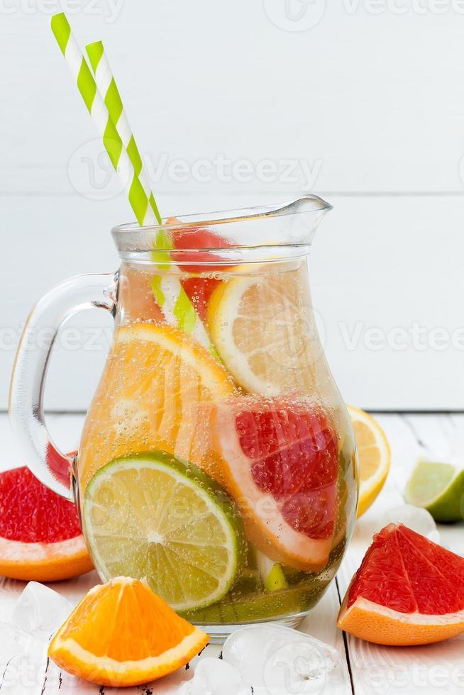 agua aromatizada con infusión de cítricos de desintoxicación foto