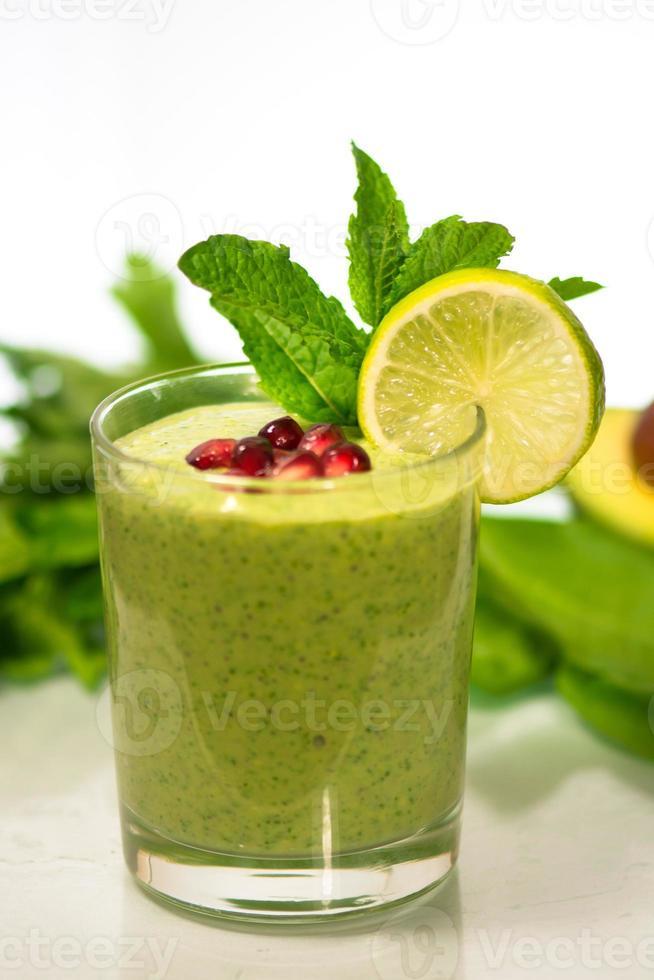 delicioso batido de vegetales verdes saludables foto
