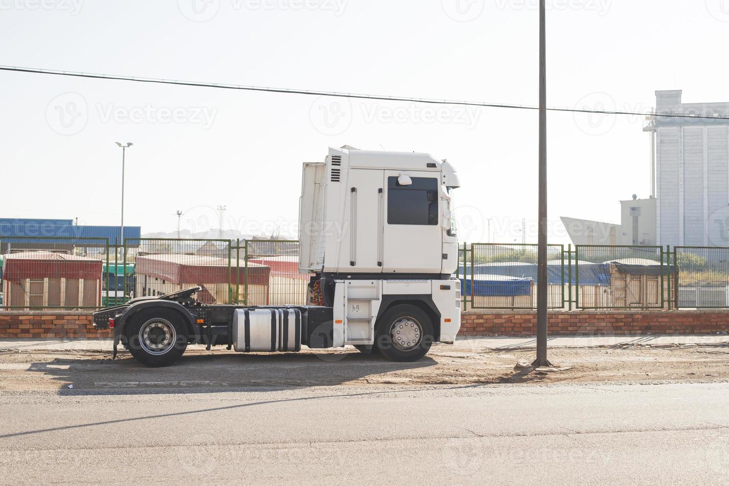 camión blanco estacionado foto