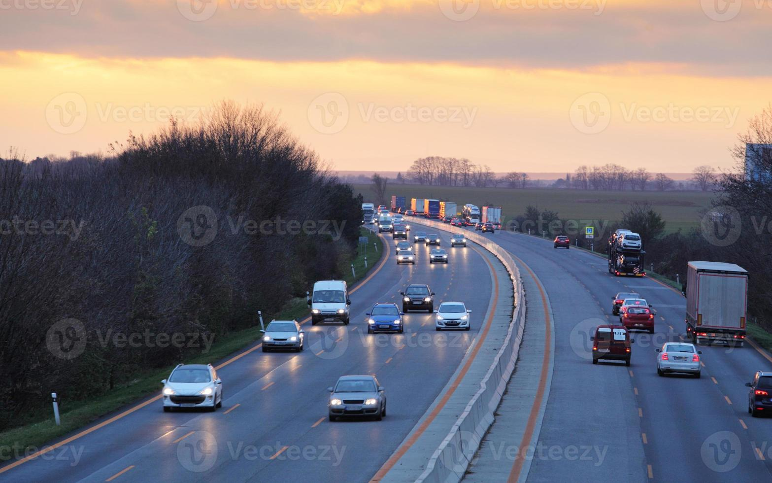 carretera con autos y camiones foto