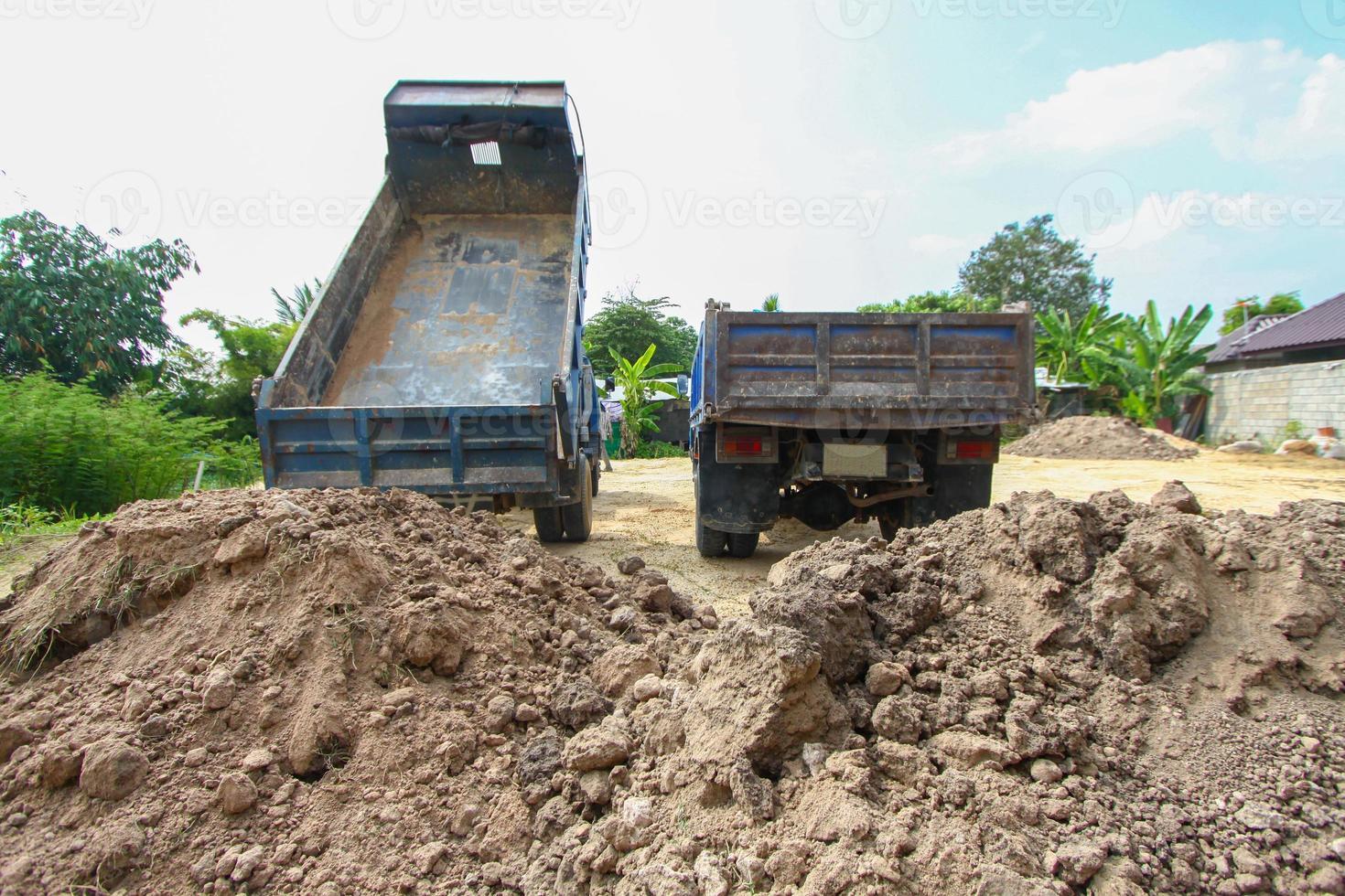 camión volquete en obra foto