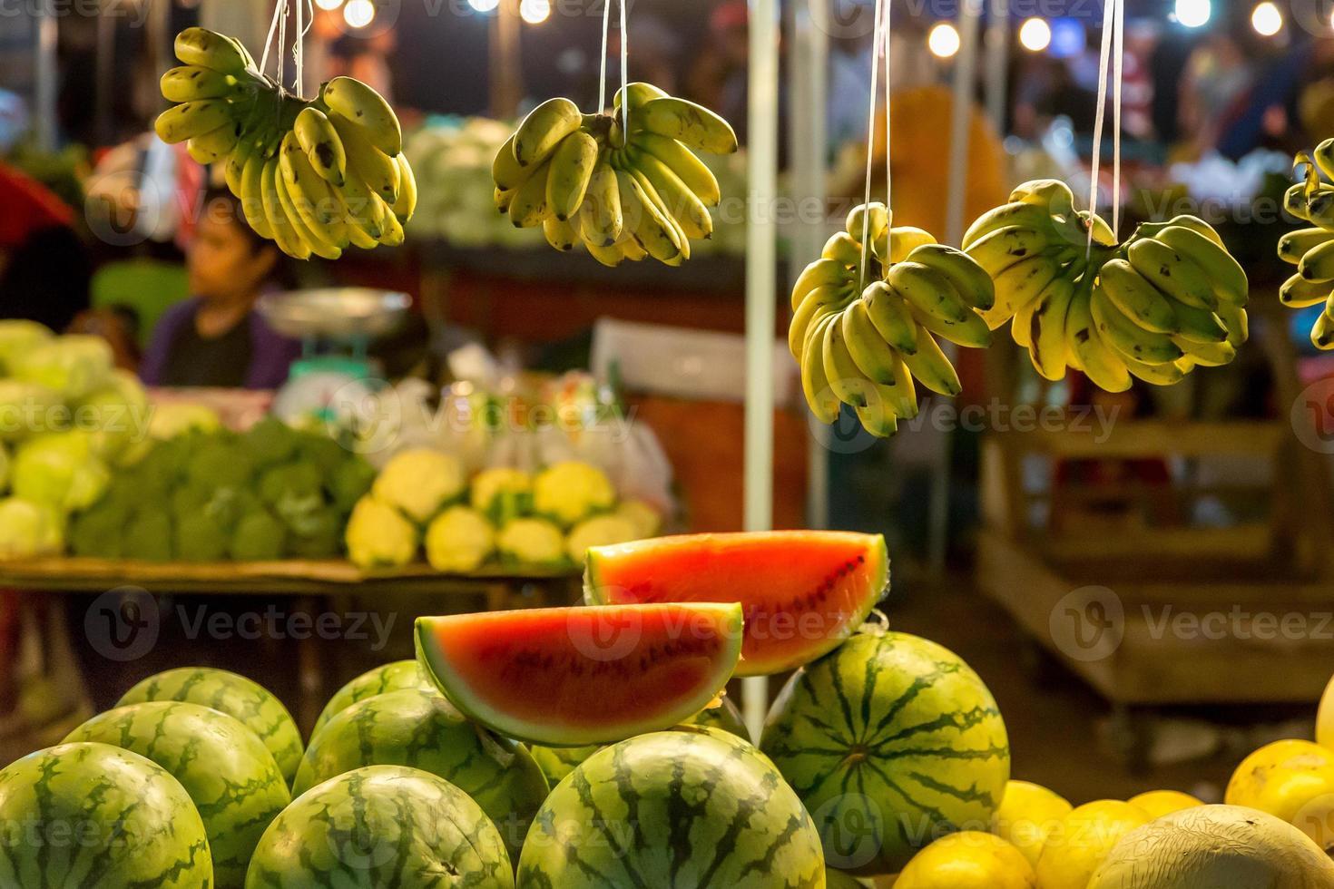 puesto en el mercado de frutas plátanos y sandía foto