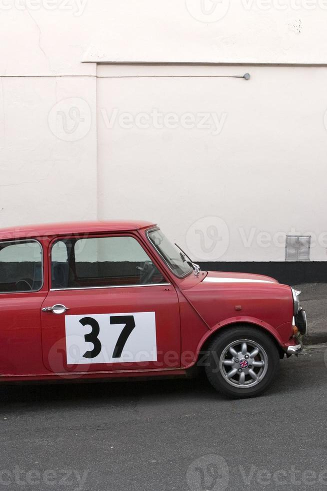Mini coche clásico con el número treinta y siete en el lateral foto