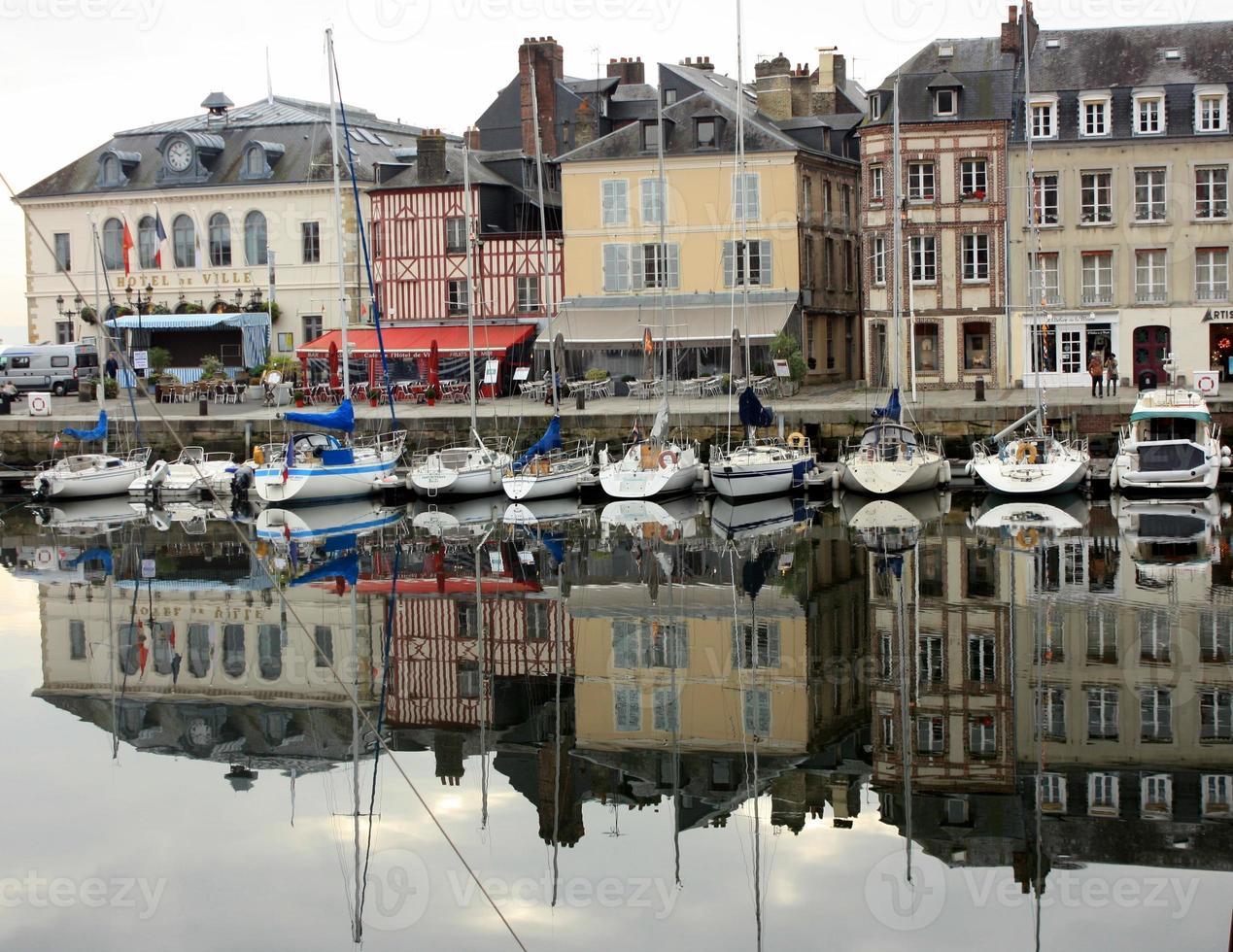 Buques en el puerto de Honfleur, Normandía, Francia foto
